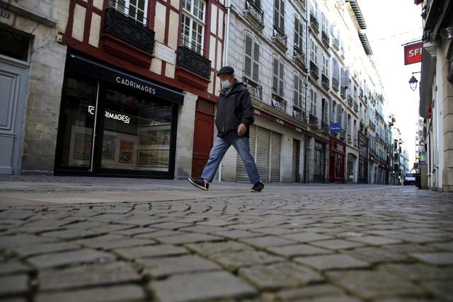Pháp cấm các siêu thị bán hàng không thiết yếu - Ảnh 1.