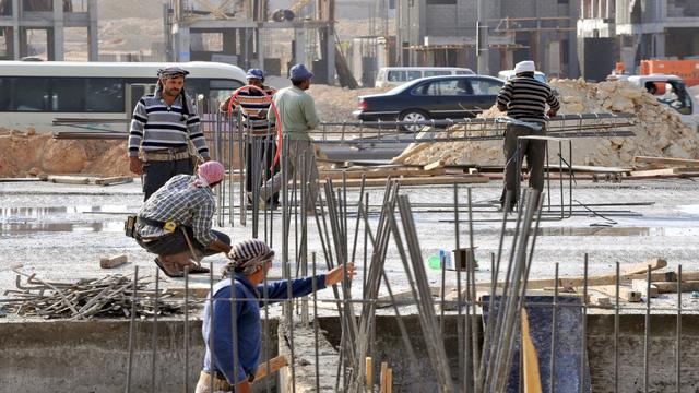 Saudi Arabia cải thiện quyền tự do của lao động nước ngoài - Ảnh 1.