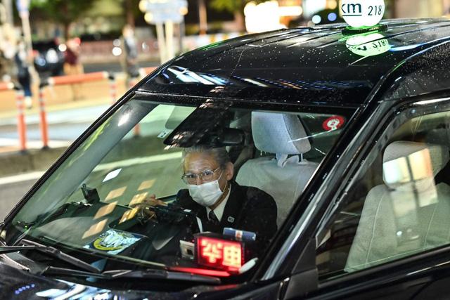 Tokyo: Cho phép lái xe taxi từ chối chở khách không đeo khẩu trang - Ảnh 1.