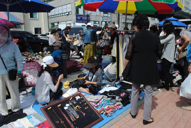 Người dân Hàn Quốc mua đồ cũ nhiều hơn - Ảnh 1.