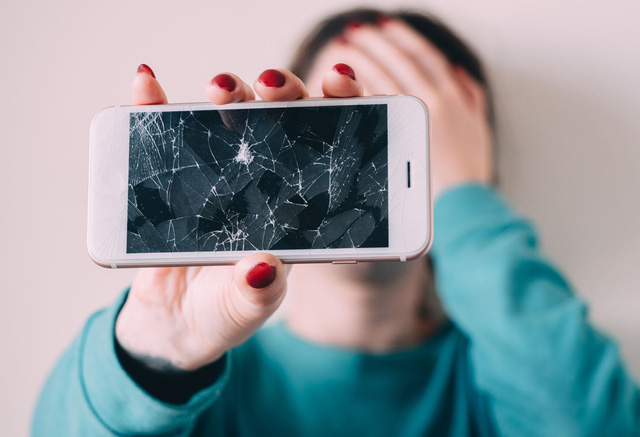 Màn hình điện thoại tự lành sau khi bị nứt - Ảnh 1.