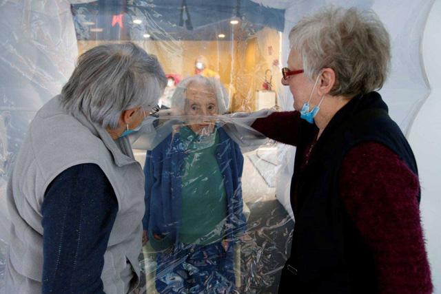 Phao ôm ấp giúp người cao tuổi tại Pháp bớt cô đơn trong dịch COVID-19 - Ảnh 1.