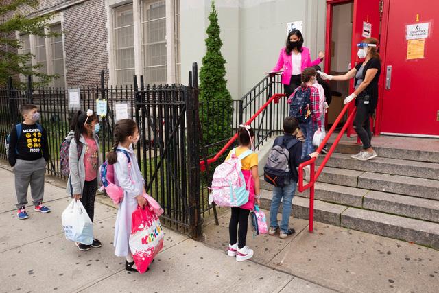 Thống đốc bang New York cho rằng trường học là nơi chống dịch COVID-19 an toàn nhất - Ảnh 1.