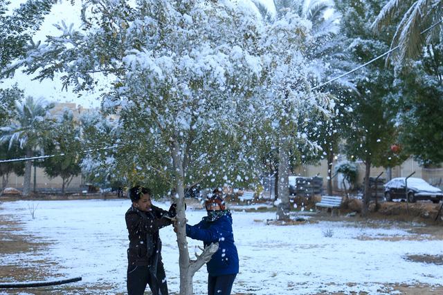 Thời tiết cực đoan, thủ đô Baghdad đón tuyết rơi hiếm có - Ảnh 1.