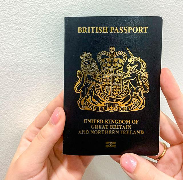Anh chính thức đổi màu hộ chiếu sau sự kiện Brexit - Ảnh 1.