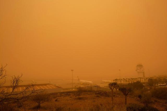 Các sân bay trên quần đảo Canary hoạt động trở lại sau bão cát - Ảnh 1.