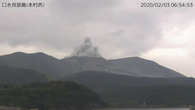 Núi lửa Shindake tại Nhật Bản phun trào, cột tro và khói bốc cao tới 7.000m - Ảnh 1.