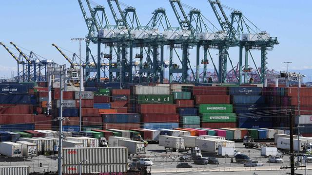 Thâm hụt thương mại của Mỹ giảm lần đầu tiên trong 6 năm - Ảnh 1.