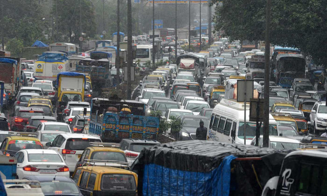 Ấn Độ thử nghiệm đèn giao thông duy trì màu đỏ nếu tiếng còi xe quá to - Ảnh 1.