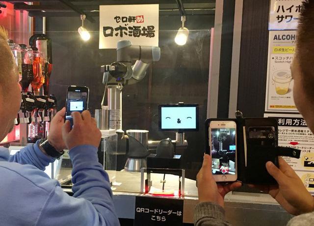 Khó tuyển nhân viên pha chế, quán bar Nhật Bản chuyển sang robot - Ảnh 1.