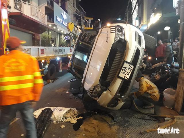 Xe tự lái tông hàng loạt ôtô, xe máy ở phố Tây Đà Lạt - Ảnh 2.