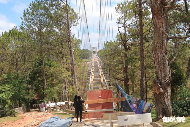 Yêu cầu tháo dỡ cầu đáy kính xây lụi ở Thung lũng Tình yêu - Ảnh 1.