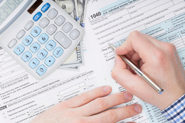 Mỹ lùi thời hạn nộp thuế thu nhập để hỗ trợ người dân - Ảnh 1.