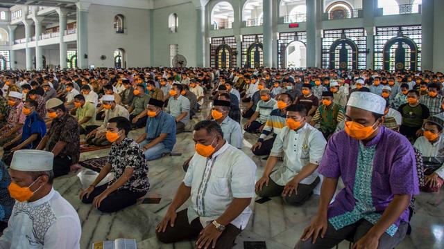 Indonesia kêu gọi ban hành sắc lệnh tôn giáo thay đổi cách thức hành lễ - Ảnh 1.