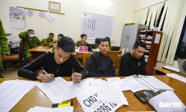 Bắt khẩn cấp 3 thanh niên cho vay nặng lãi 208%/tháng - Ảnh 1.