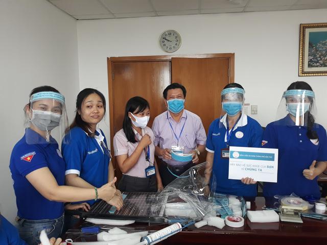 Thanh niên Bệnh viện Đa khoa Cần Thơ làm nón bảo hộ mùa COVID-19 - Ảnh 1.
