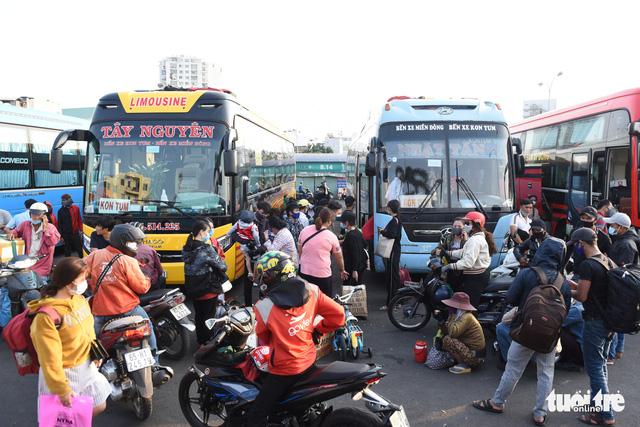 Người dân đổ về các bến xe trước giờ TP.HCM hạn chế đi lại - Ảnh 1.