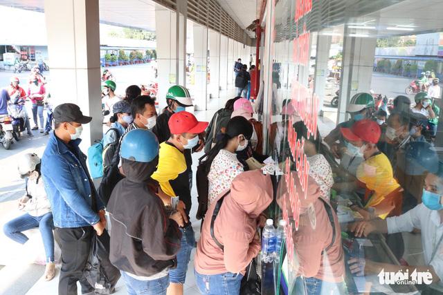 Người dân đổ về các bến xe trước giờ TP.HCM hạn chế đi lại - Ảnh 15.