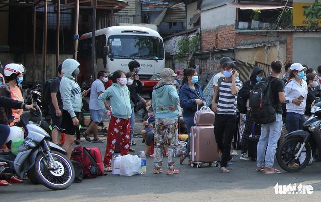 Người dân đổ về các bến xe trước giờ TP.HCM hạn chế đi lại - Ảnh 16.