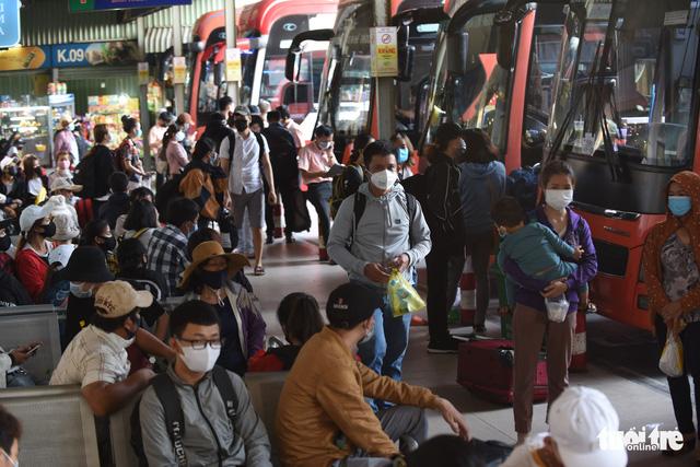 Người dân đổ về các bến xe trước giờ TP.HCM hạn chế đi lại - Ảnh 4.