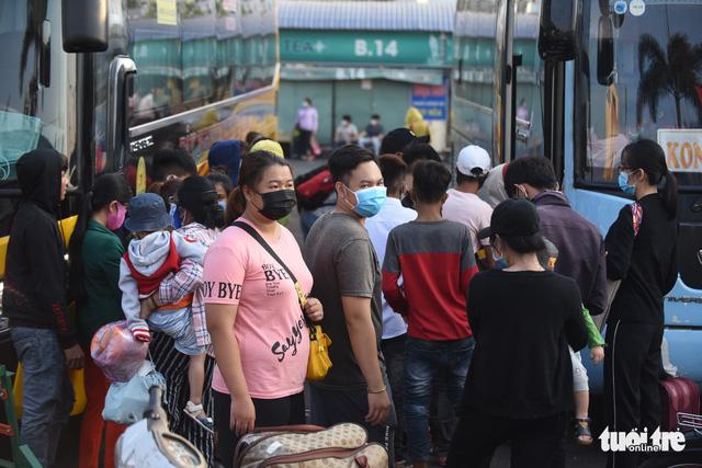 Người dân đổ về các bến xe trước giờ TP.HCM hạn chế đi lại - Ảnh 7.