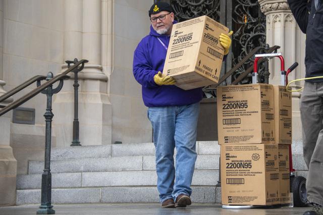 Khai quật 5.000 khẩu trang bị lãng quên dưới hầm mộ ở Washington - Ảnh 1.