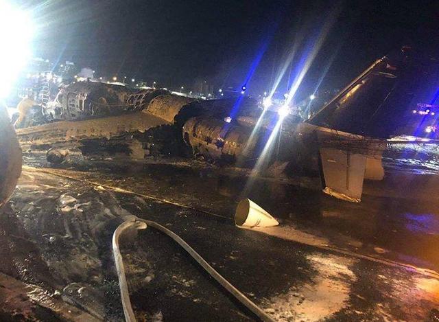 Máy bay Phillippines chở bệnh nhân đi Nhật bốc cháy trên đường băng, 8 người chết - Ảnh 1.