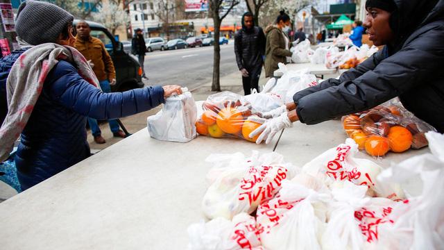 Ngân hàng thực phẩm cứu trợ người nghèo giữa tâm dịch New York - Ảnh 1.