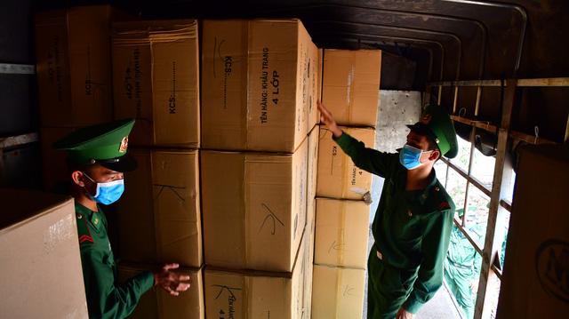 Bắt xe tải chở lậu 527.000 khẩu trang y tế chờ giao phía Campuchia - Ảnh 2.