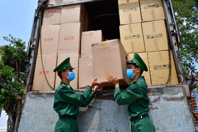 Bắt xe tải chở lậu 527.000 khẩu trang y tế chờ giao phía Campuchia - Ảnh 1.