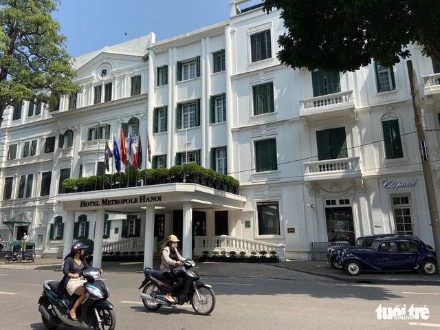 Hà Nội khử trùng 13 khách sạn đón khách đi cùng chuyến bay bệnh nhân 17 - Ảnh 1.