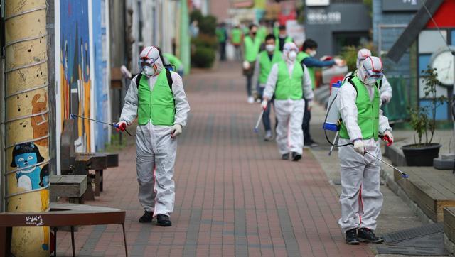 Xin trợ cấp thất nghiệp tăng vọt, Hàn Quốc tìm cách giữ việc làm cho người lao động - Ảnh 1.