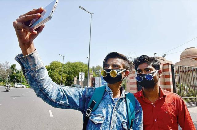 Ấn Độ yêu cầu người cách ly tại nhà gửi ảnh selfie mỗi giờ để kiểm tra vị trí - Ảnh 1.