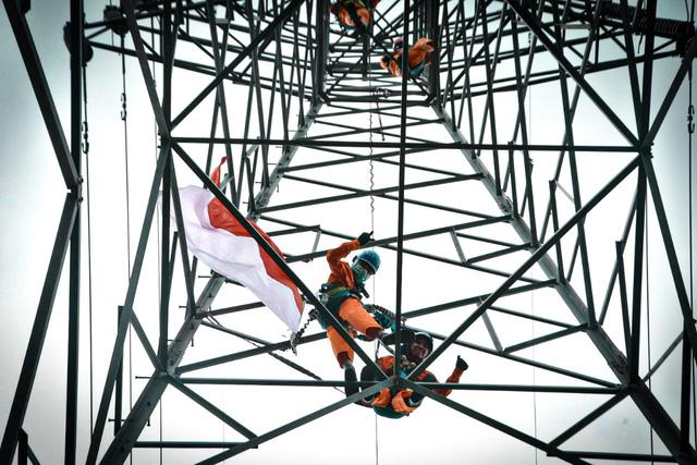 Indonesia miễn giảm tiền điện cho 31 triệu hộ nghèo - Ảnh 1.