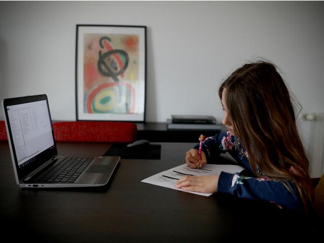 UNESCO: 50% học sinh, sinh viên thiếu máy tính để học trực tuyến - Ảnh 1.