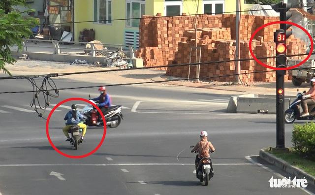 Đường phố TP.HCM vắng vẻ, người dân 'vô tư' vi phạm luật giao thông - Ảnh 2.