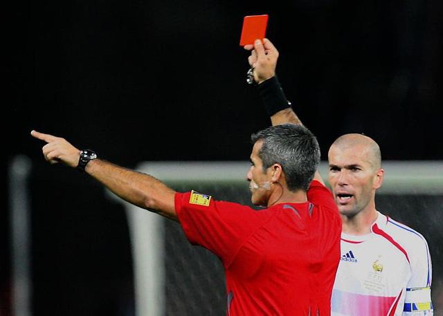 Ai là cha đẻ của thẻ vàng, thẻ đỏ trong bóng đá? - Ảnh 1.