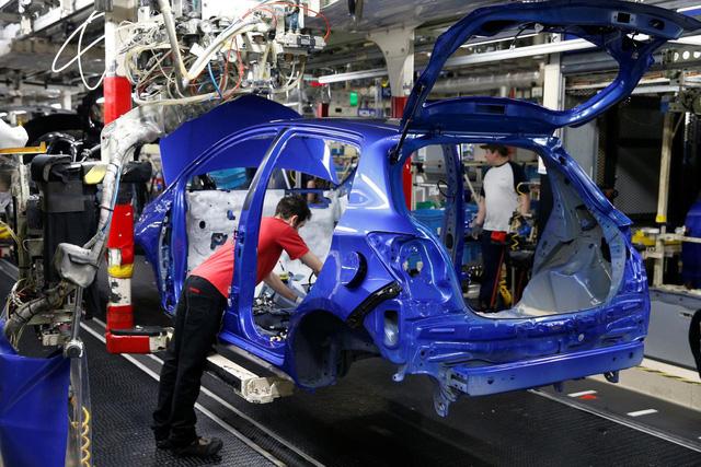 Pháp hỗ trợ các hãng ô tô chuyển hoạt động sản xuất về nước - Ảnh 1.