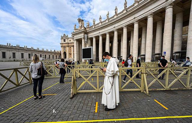 Du khách đến Nhà thờ Thánh Peter vẫn phải thực hiện giãn cách xã hội - Ảnh 1.