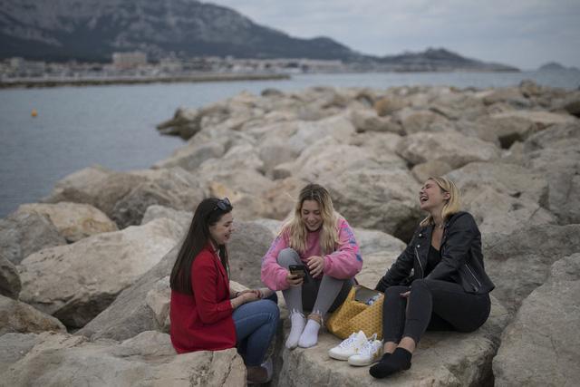 Du khách vi phạm giãn cách xã hội, Pháp lại đóng cửa các bãi biển - Ảnh 1.