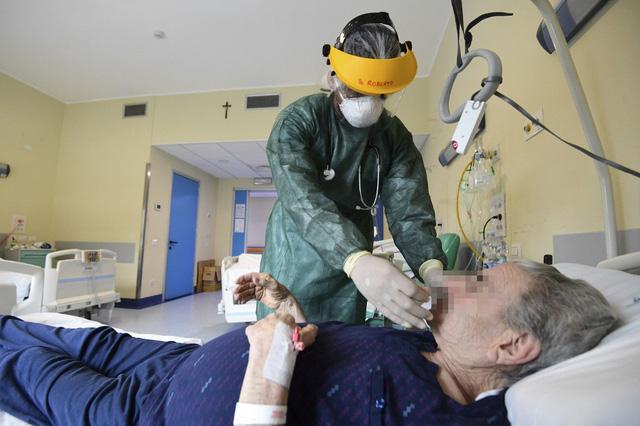 Cần có sự can thiệp tâm lý khẩn cấp cho các nhân viên y tế - Ảnh 1.