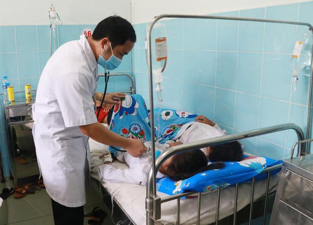 135 học sinh tiểu học ngộ độc sau khi ăn bánh mì - Ảnh 2.