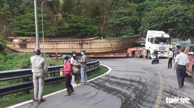 Xe đầu kéo chở một chiếc tàu 30m gây ùn tắc đèo Bảo Lộc - Ảnh 2.