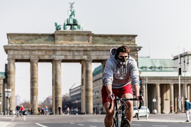 Xe đạp lên ngôi ở nhiều nước trong đại dịch COVID-19 - Ảnh 1.