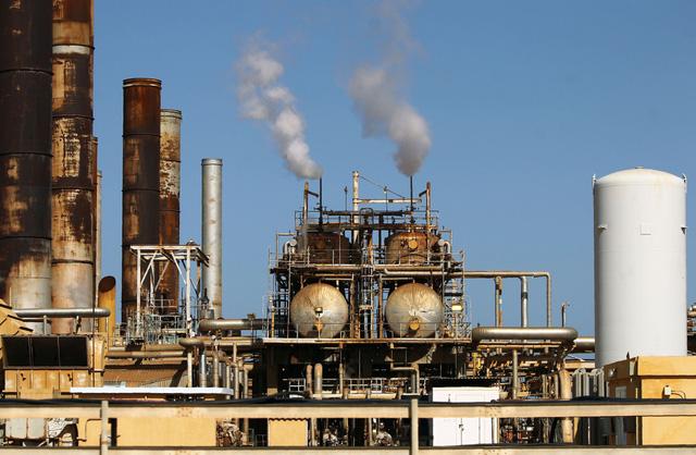 FED: Tình trạng dư thừa dầu mỏ toàn cầu sẽ kéo dài đến năm 2021 - Ảnh 1.
