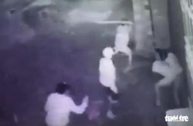 Bắt nhóm thanh niên đánh người đến gãy tay chân, bất tỉnh - Ảnh 2.