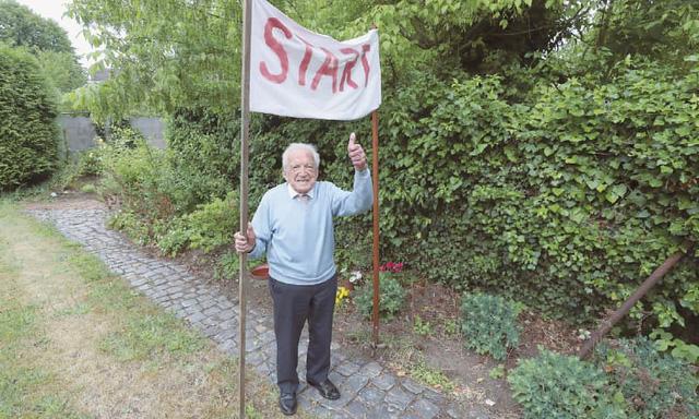 Cụ ông người Bỉ 103 tuổi đi bộ gây quỹ nghiên cứu COVID-19 - Ảnh 1.