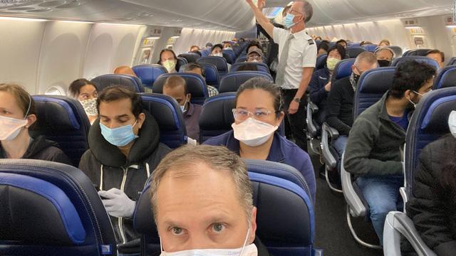 Hàng không Mỹ có thể cấm bay những hành khách không đeo khẩu trang - Ảnh 1.