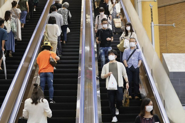 Nhật Bản bắt đầu dỡ bỏ hạn chế đi lại giữa các địa phương - Ảnh 1.