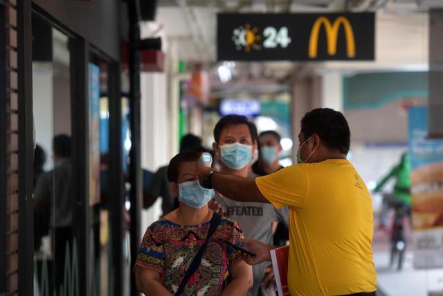Singapore thắt chặt hoạt động tuyển dụng lao động nước ngoài - Ảnh 1.